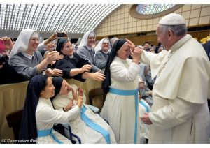papa com as religiosas na Sala Paulo VI